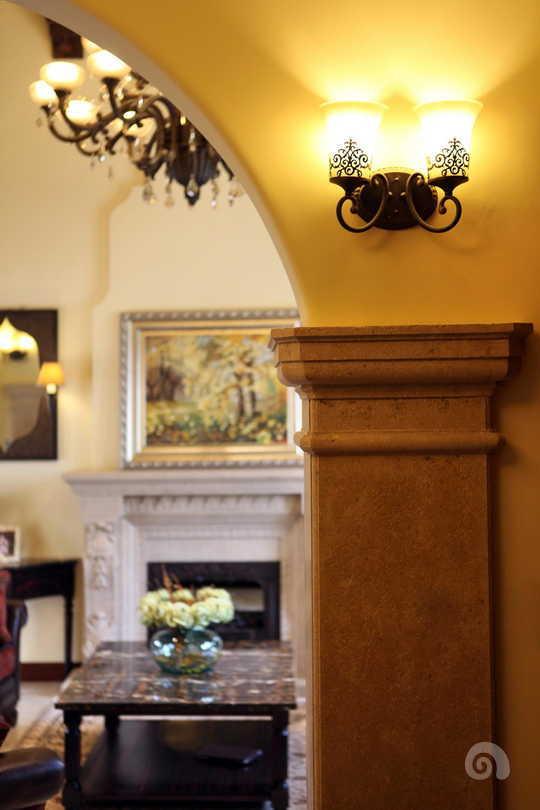 西班牙风格是一种融阿拉伯风格与欧洲古典主义风格为一体的建筑形态,是地中海风格的一种。设计师将室内设计定位为西班牙乡村风格。开放式的客厅与餐厅之间、回廊处的穿越,均以拱形门洞进行衔接,建筑的内立面以单纯的白墙进行打造,大地色的仿古地砖散发出淳朴而让人亲近的自然感。
